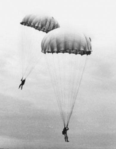 Первая женщина парашутистка